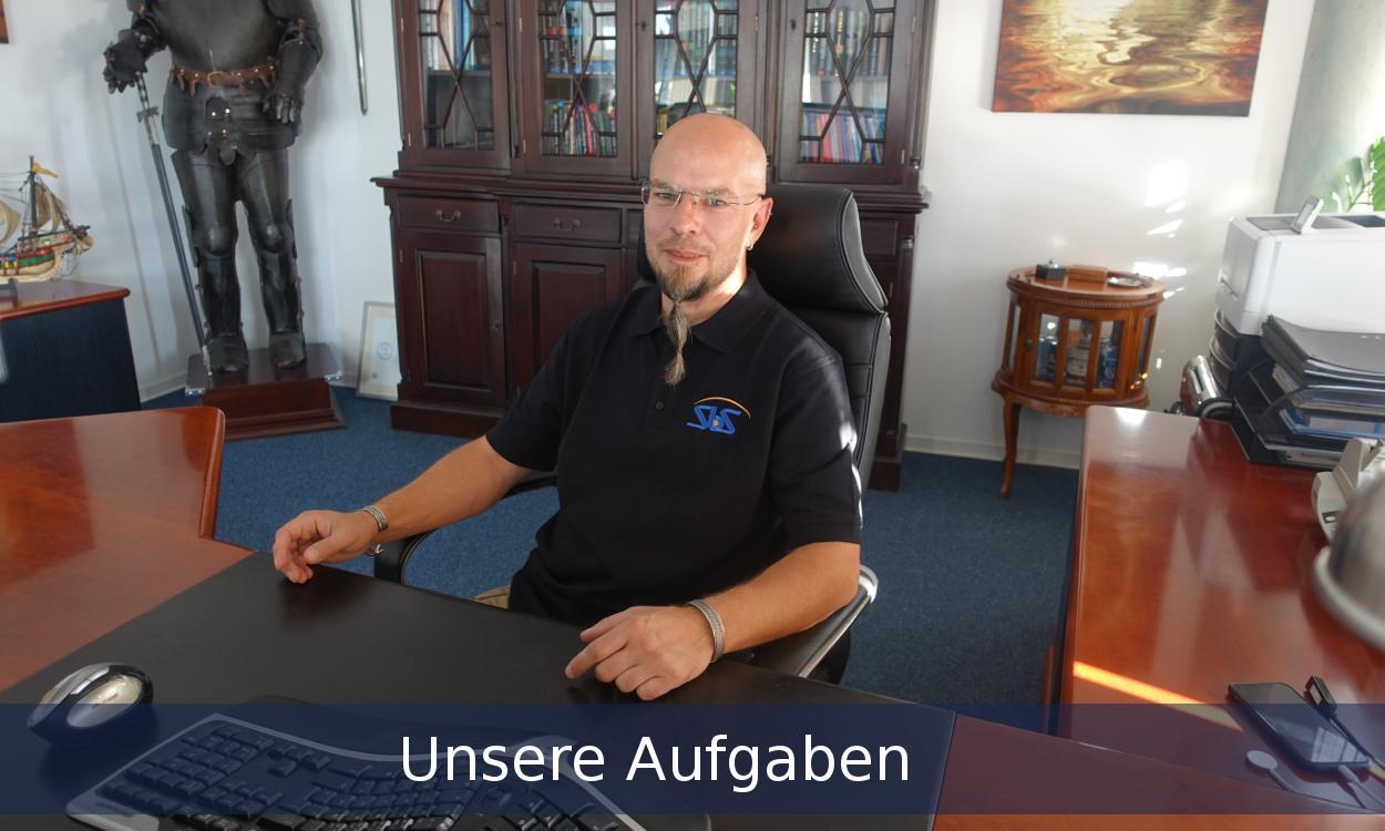 Aufgaben Full-Service-Agentur werden vom Mitarbeiter am Schreibtisch erledigt