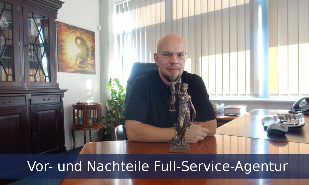 Bild mit Waage und Mitarbeiter zum Thema Full-Service-Agentur Vorteile und Nachteile