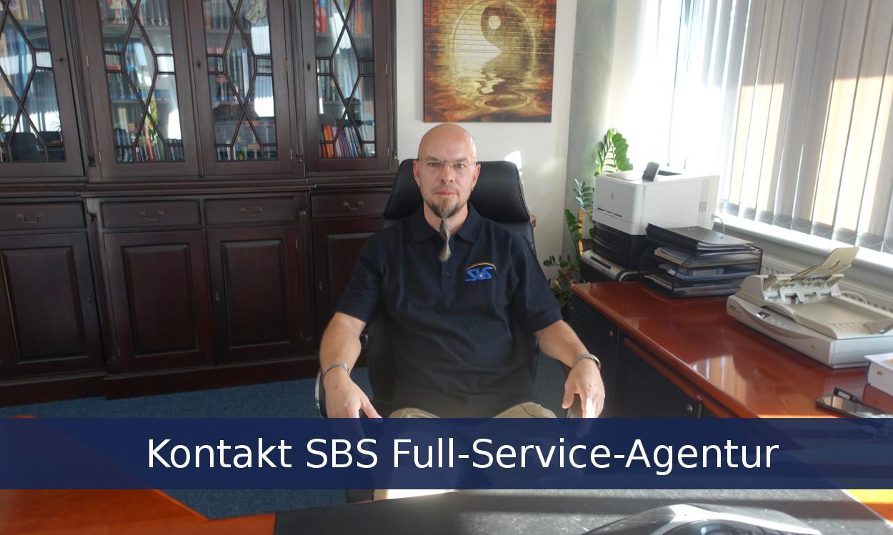 Mitarbeiter der SBS Full-Service-Agentur für offline & online Marketing am PC
