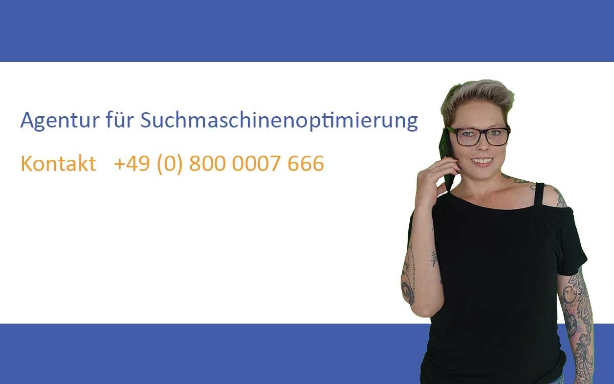 Nadja Bell mit Telefon als Kontakt für SBS SEO-Agentur