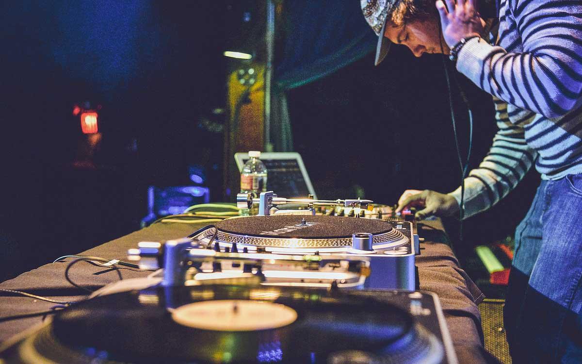 DJ auf Party am Plattenteller