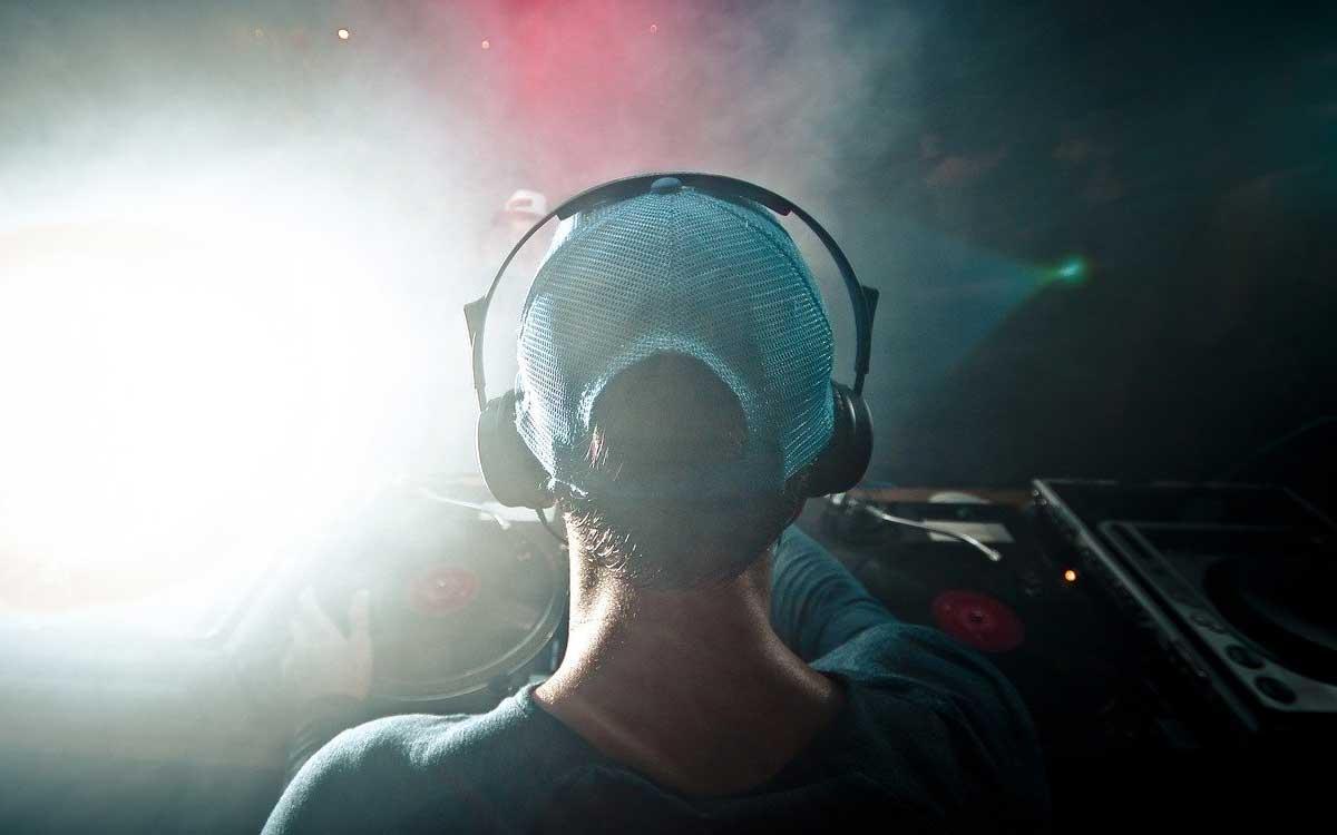 Bild eines Diskjockeys zum Thema Suchmaschinenoptimierung für DJs für mehr Aufträge durch SEO