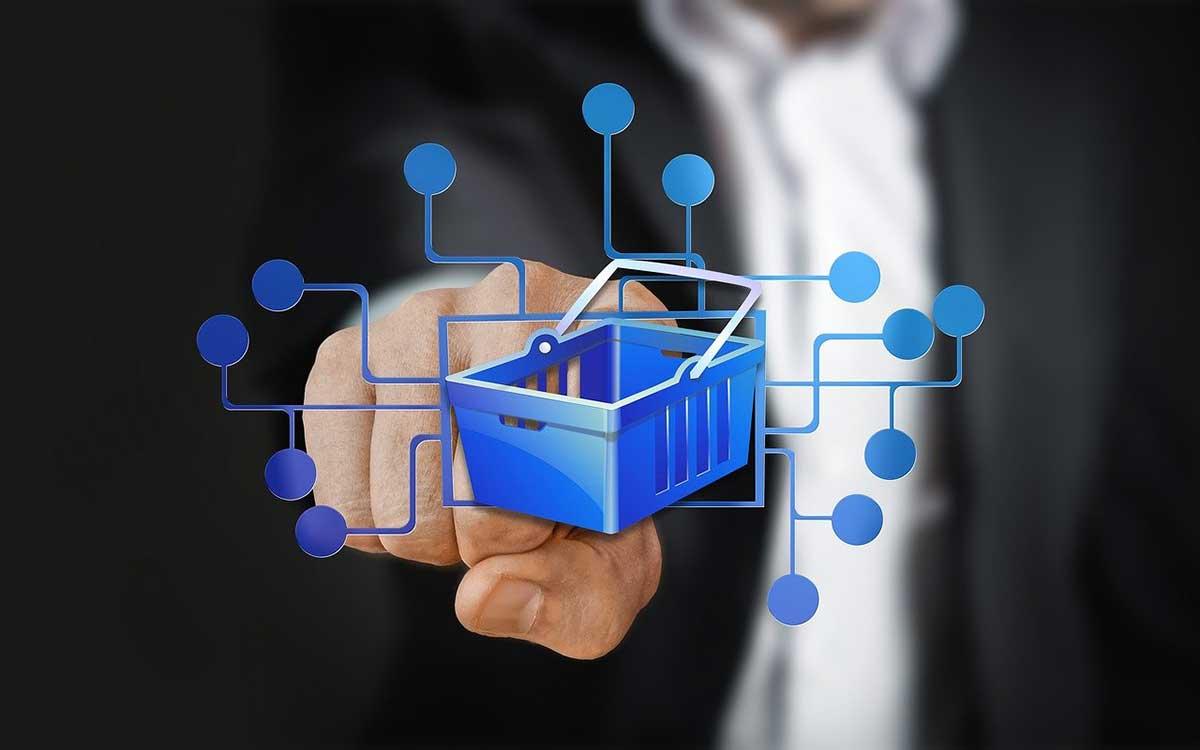 Ausschnitt vom Mann im Anzug der auf einen Einkaufskorb zeigt als Symbol für die Digitalsteuer